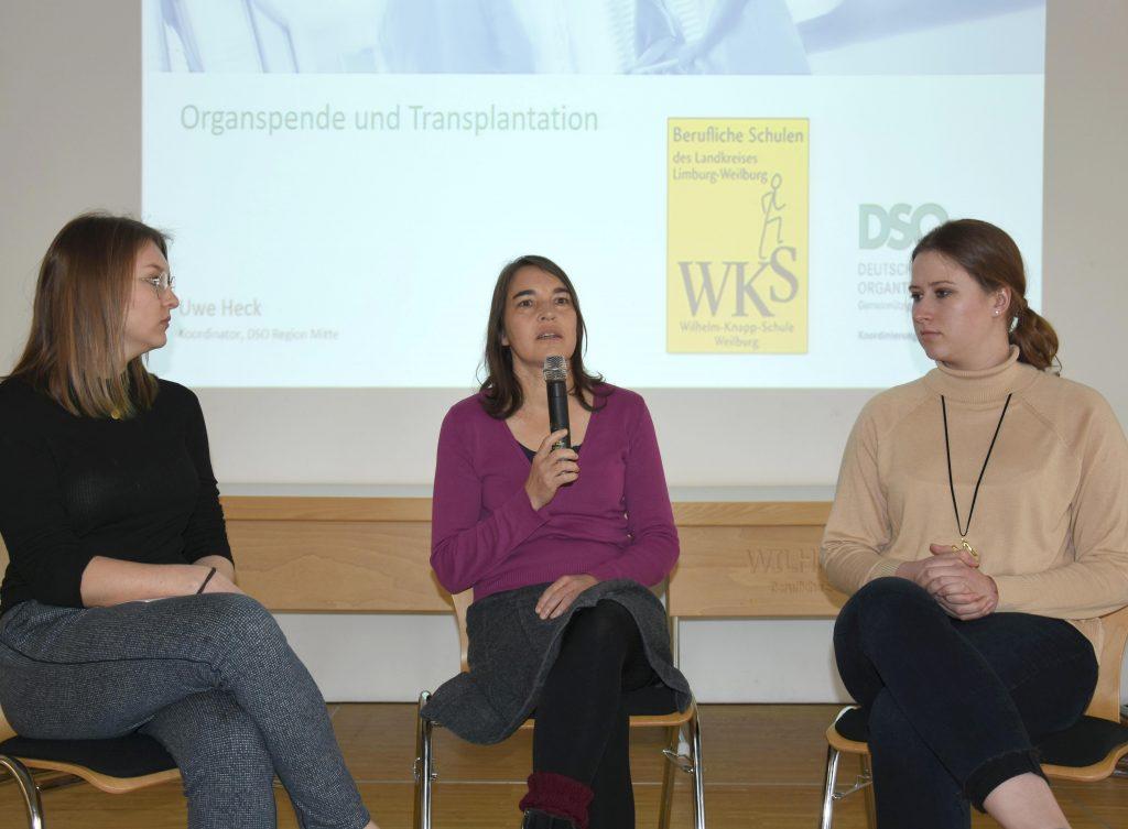 Interview der WKS Schülerinnen Jana Haag (links) und Martine Daum (rechts) mit Maike Wolfram.